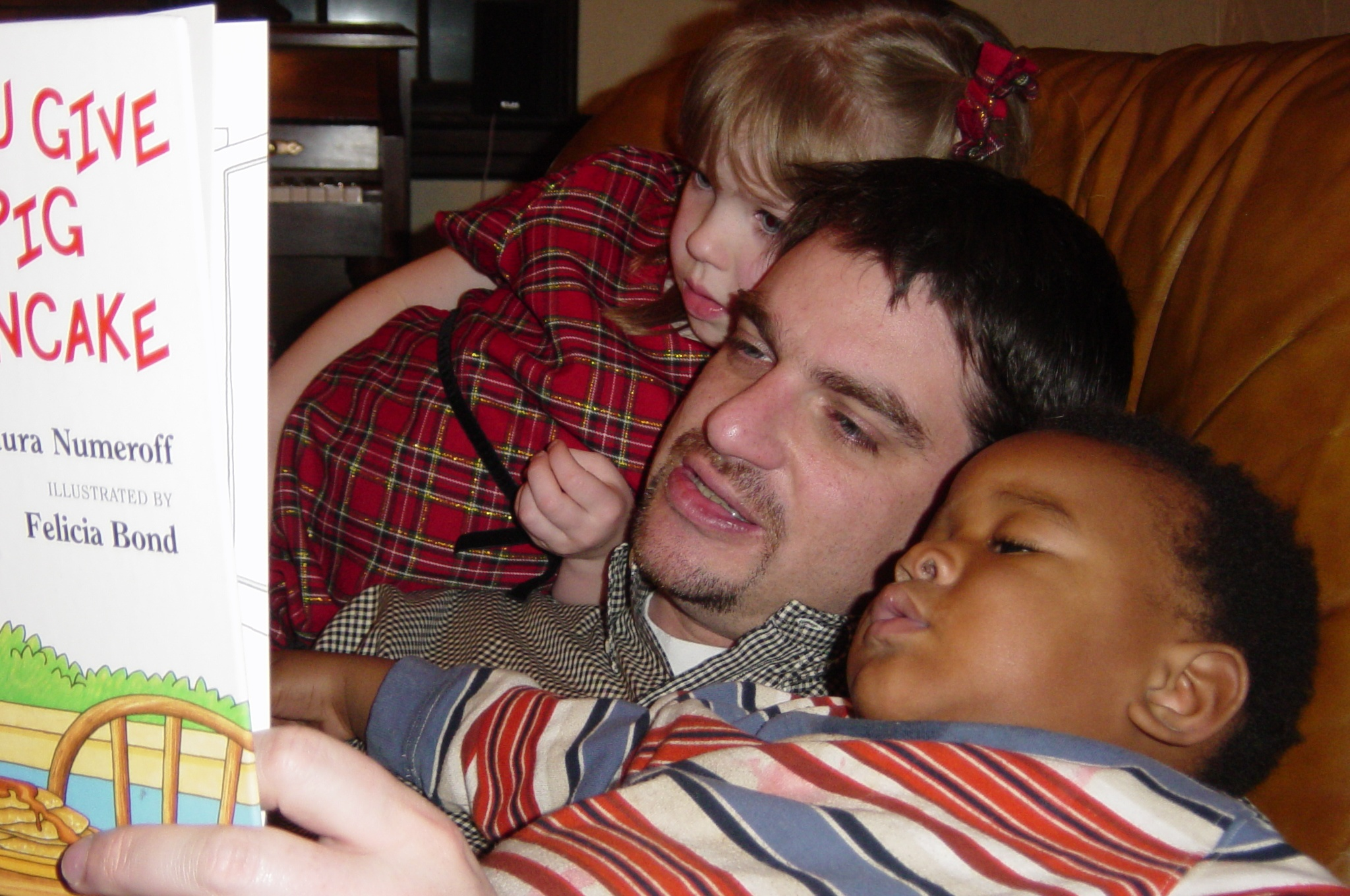 dad reads to kids